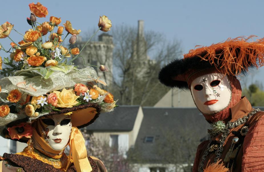 Deux personnages masqués que l'on peut croiser au cours du Carnaval de Mehun-sur-Yèvre.